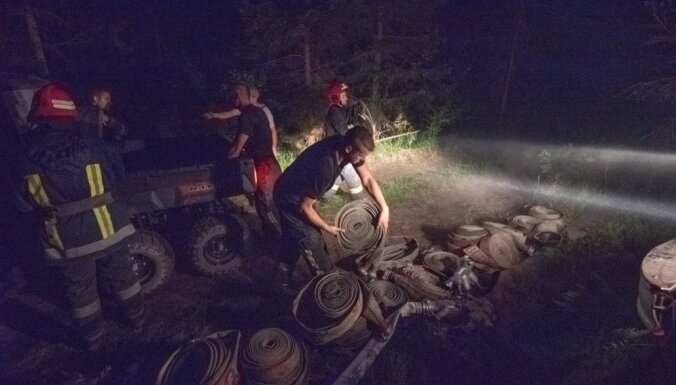 Valdgales pagasta ugunsgrēku dzēšana turpināsies arī naktī; uguns tuvojas Stikliem (plkst. 23.06)