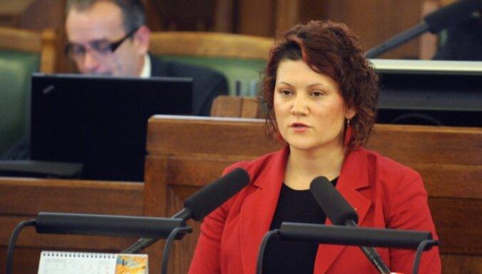 Pēc 'laipnībām' abortu jautājumā Saeimas deputātei izsaka brīdinājumu par apmelošanu