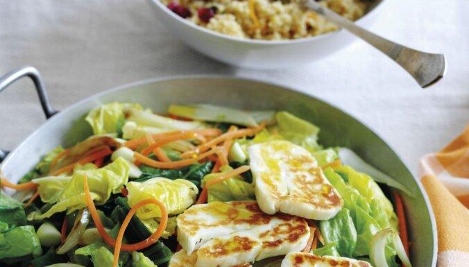 Жареный сыр со свежим салатом и апельсиновым кускусом