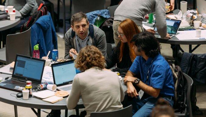 Ideāla tehnoloģiju 'smilškaste': apņēmīgus jauniešus aicina attīstīt prasmes STEM hakatonā