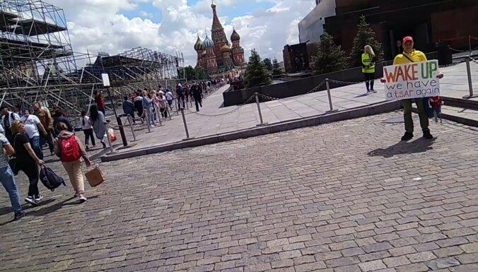'Mosties, mums atkal ir cars': pie Ļeņina mauzoleja aiztur piketētāju