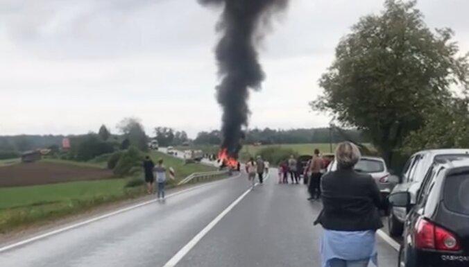 Durbes novadā smago automašīnu sadursmē divi bojāgājušie; satiksme pilnībā atjaunota