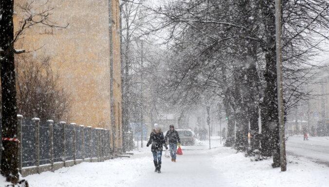 Naktī Latviju sasniegs plaša nokrišņu zona; izsludināts oranžais brīdinājums
