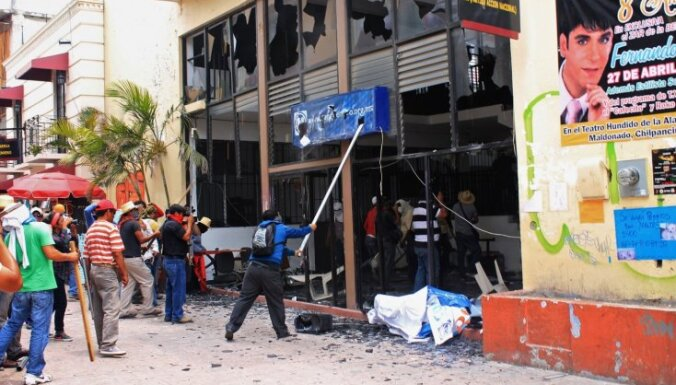 Saniknoti skolotāji Meksikā demolē partiju mītnes