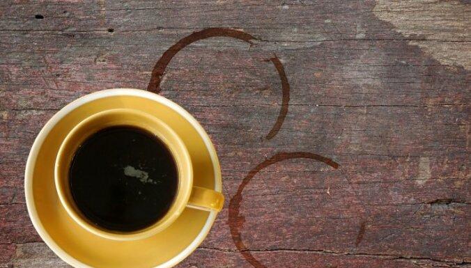 Uzraujot sev karstas kafijas krūzi, apdegumus gūst mazs bērns