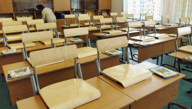 Veidojot mācību stundu plānu, jāņem vērā arī skolēnu noslodze, norāda IZM