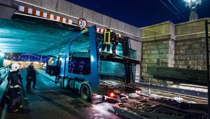 ФОТО: под Каменным мостом застрял очередной грузовик