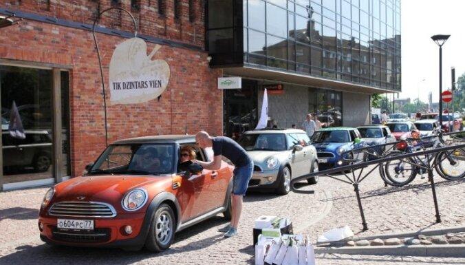 Foto: Baltijā lielākais 'MINI' automobiļu festivāls