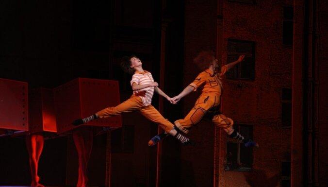 Foto: pasaules pirmizrādi piedzīvo Jura Karlsona balets 'Karlsons lido...'