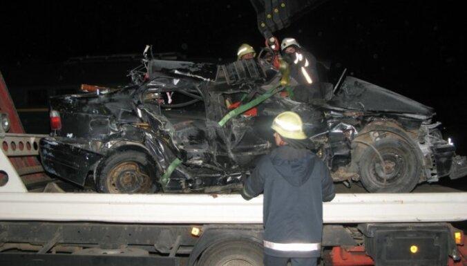 Cēsīs traģiskā lokomotīves un vieglā auto sadursmē trīs bojāgājušie (papildināts ar foto)