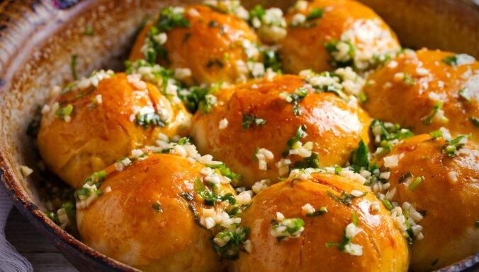 Ukraiņu pampuškas jeb pufīgas ķiploku maizītes