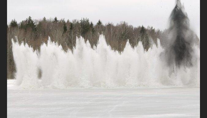 Pļaviņās ledus spridzināšana pabeigta, Lielupes grīvā sāk spridzināt sēkli