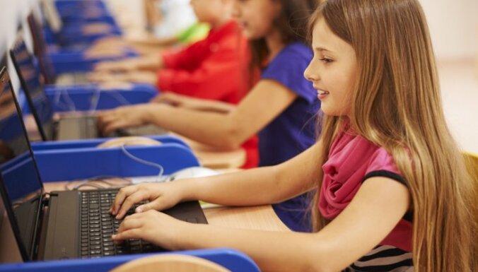 Skolēniem trūkst gan datoru, gan sejas masku, norāda Liepājas mērs