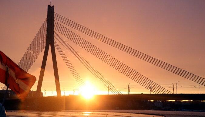 """""""Час Земли"""": в Риге выключат освещение памятника Свободы и Вантового моста"""