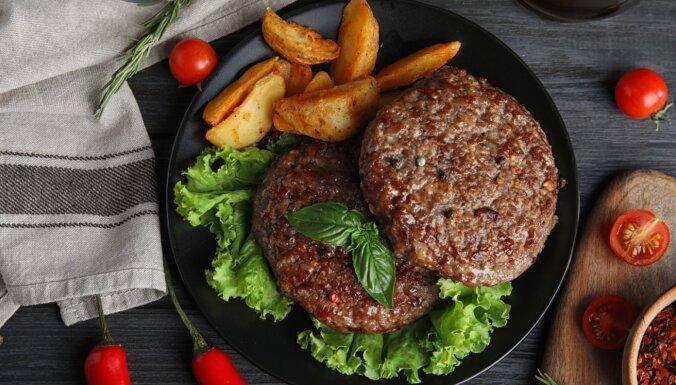 Pufīgi belaši, kotletes ar pārsteigumu un austrumnieciski burgeri – cūkgaļas ēdieni visai nedēļai