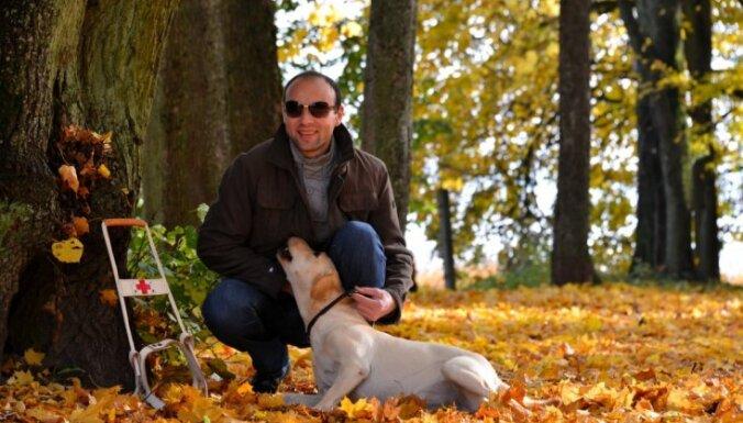Neredzīgais Aleksejs atvēris sirdi jaunam mīlulim; lūdz līdzcilvēku atbalstu suņa-pavadoņa apmācībā