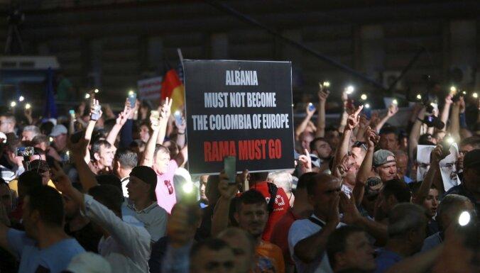 Foto: Albānijā protestu pret kreiso valdību dēļ atsauc vēlēšanas