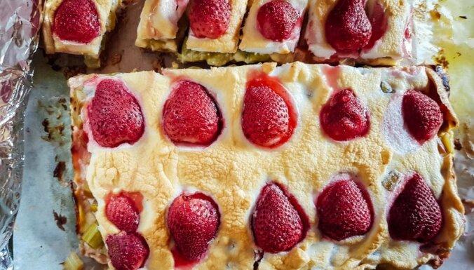 Rauga mīklas rabarberu kūka ar olbaltuma putām un zemenēm