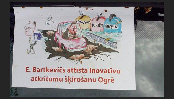 Ogrē priekšvēlēšanu vēstījumus līmē arī uz auto stikliem