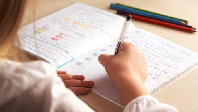 Skolēnu sniegums obligātajos eksāmenos šogad nedaudz uzlabojies