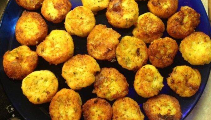 Zeltainās vārītu kartupeļu-siera pankūciņas