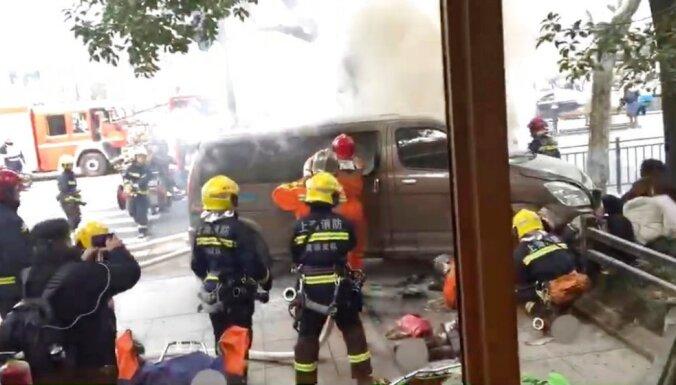 ВИДЕО: В Шанхае микроавтобус врезался в толпу пешеходов