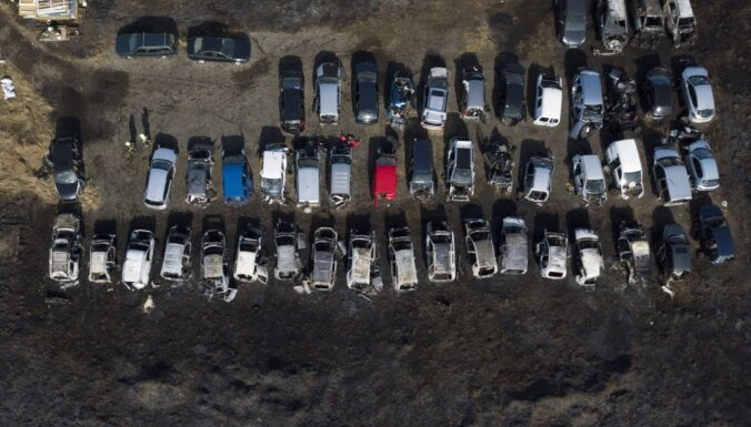 ФОТО: На Румбуле вместе со старником сгорело кладбище машин