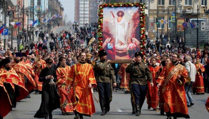Fotoreportāža: Krievijā krāšņi atzīmē pareizticīgo Lieldienas