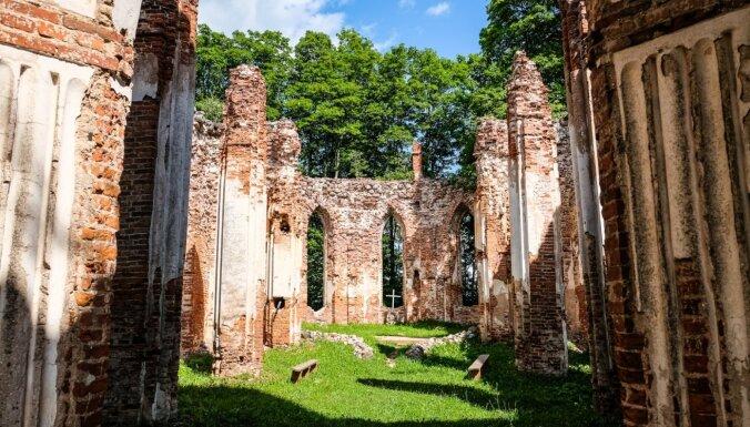 ФОТО. Утраченная слава. Руины Вецкалснавской церкви, где до сих пор проходят свадьбы