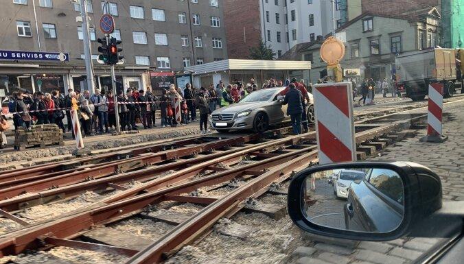 ФОТО: Водитель Mercedes застрял на месте ремонта трамвайных путей