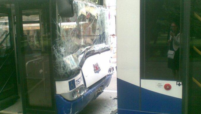 В центре Риги столкнулись автобусы и троллейбус: восемь пострадавших