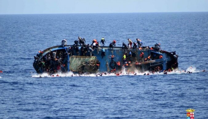 Dramatiski foto: Vidusjūrā apgāžas migrantu laiva