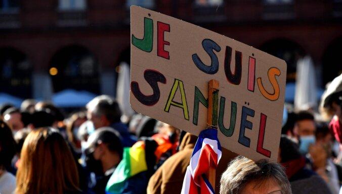 Французы после убийства учителя вышли протестовать против мракобесия