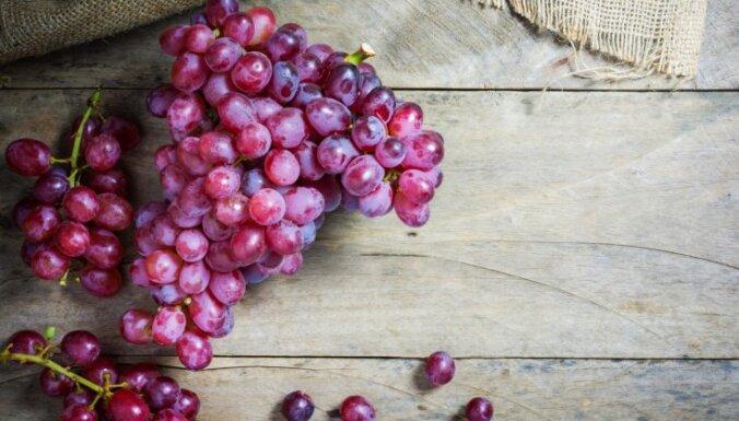 Saldās un sulīgās vīnogas: kāpēc tās ieteicamas un kad ar to ēšanu aizrauties nevajadzētu
