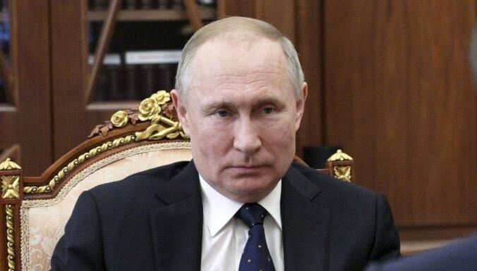Putins apstiprina likumprojektu, kas ļaus viņam vēlreiz kļūt par prezidentu; atsaucas uz 'Covid-19'