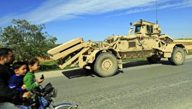 Foto: Amerikāņu patruļas un jaunās pozīcijas kurdu kontrolētajā Menbižā