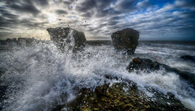 Iespaidīgi foto: Varenas bangas un šļakatas Ziemeļu fortos