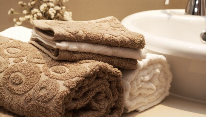 Kā un cik bieži jāmazgā aizkari, dvieļi un gultasveļa