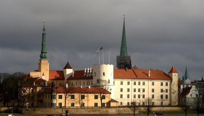 Rīgas pilij par gandrīz 32 000 eiro izgatavos astoņu vēsturisko krēslu kopijas