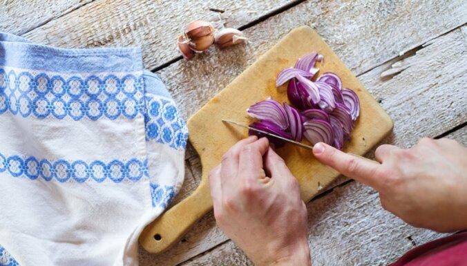 Kā sagriezt sīpolus bez raudāšanas