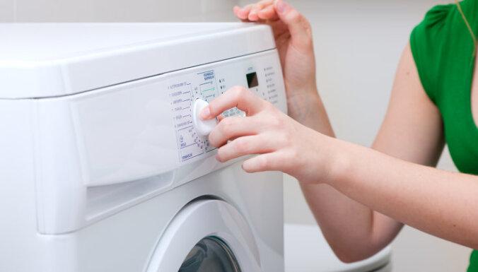 Atsitoties ar galvu pret veļas mašīnu, cieš mazs bērns
