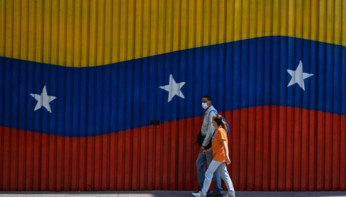 Protestos Venecuēlā nogalina vīrieti un aplaupa veikalus