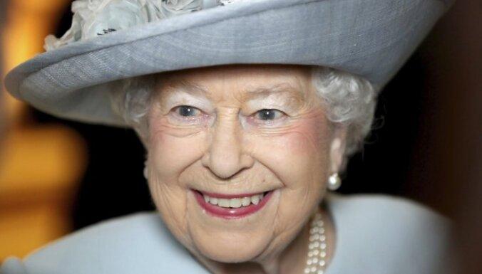 СМИ узнали об отказе Джонсона покидать пост без увольнения Елизаветой II