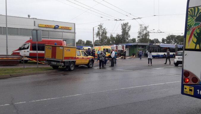 Ķengaragā notikusi divu trolejbusu sadursme; viens iebraucis veikala 'Maxima' sienā