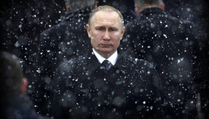 Skripaļa indēšana pirms vēlēšanām uzlabo Putina tēlu, lēš medijs