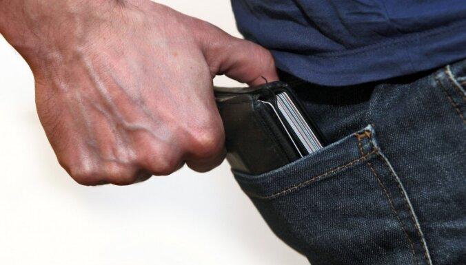 В Риге возле автовокзала поймали вора-карманника