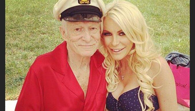 86 gadus vecais 'Playboy' dibinātājs Hefners apprecas trešoreiz
