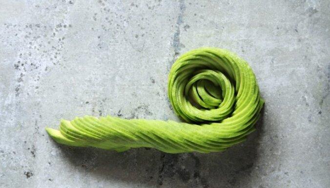 Vienkāršs knifs, kā no avokado šķēlītēm izveidot apetītlīgu rozi