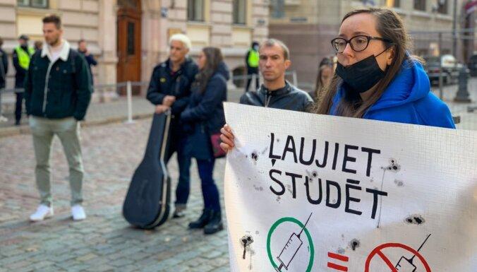 ФОТО: студенты на пикете просят разрешить учиться без Covid-19 сертификатов