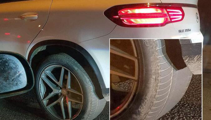 Foto: Sastrēgumā Rīgā novērots švītīgs 'Mercedes' apvidnieks ar 'plikām' riepām